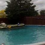 自宅プールでゴムボート